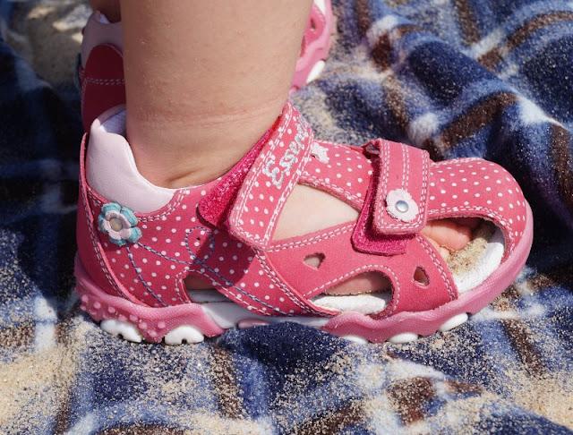 Mit tollen Kinderschuhen am Strand unterwegs (+ Verlosung)! Hier: Sandalen mit Klettverschlüssen, süßen Punkten und Blumen für kleine Mädchen und Lauflerner