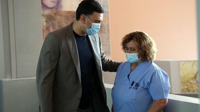 Τη νοσηλεύτρια που δέχτηκε επίθεση επισκέφθηκε ο «υπουργός» Κικίλιας + Μπόνους :Ευρεθεί τι θυμίζει