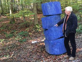 """Hannes Kinau mit seiner Skulptur """"Tumbau zu Pappel""""."""