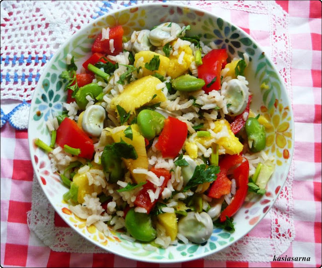 wegańska-sałatka-z-bobem-ananasem
