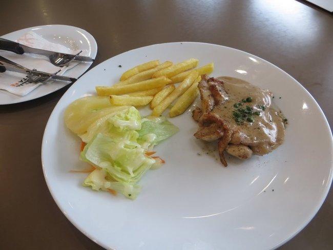 Куриный стейк с картошкой фри
