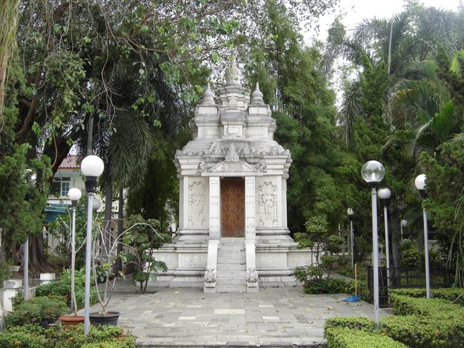 Puerta del altar budista