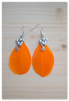 boucles d'oreilles plumes oranges et breloque lâcher de ballons
