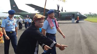 KSAU Marsekal TNI Agus Supriatna, didampingi Danlanud, Letkol Herdy Arif Budianto, disambut Mang Lengser beberapa saat setelah turun dari pesawat CN 295 di Landu Wiriadinata, Kota Tasikmalaya, Jumat (6/3).