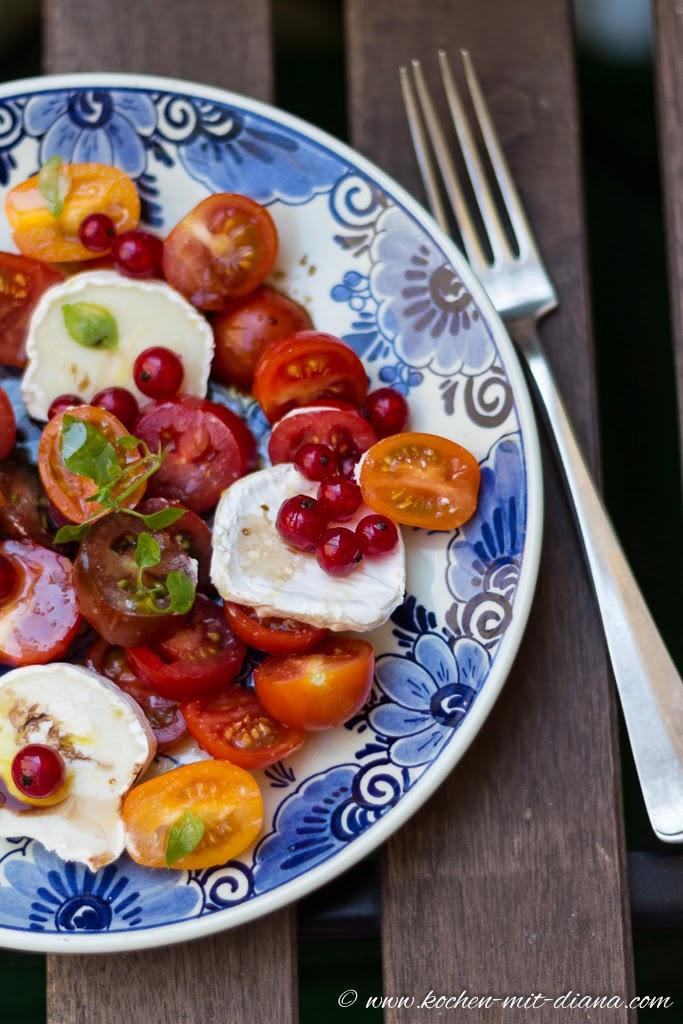Salat mit Tomaten, Ziegenkäse und Ribiseln