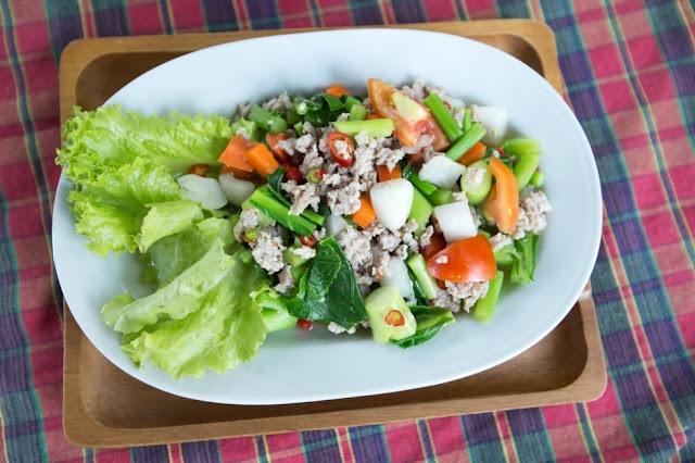 cara menyarjikan salad sehat