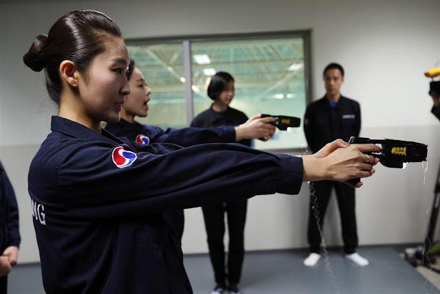 Azafatas de Korean Air entrenado el uso de pistolas taser