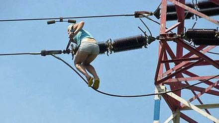 Mujer en cables de alta tensión