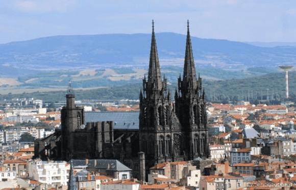 Estranhos-Catedral-de-Clermont-Ferrand