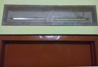 memasang screen alumunium pada jalusi beton
