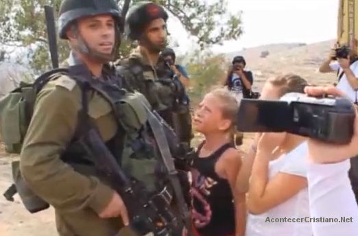 Soldados israelíes con niños palestinos