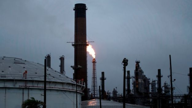 ¿Por qué bajó el precio del petróleo en lugar de subir tras el devastador paso de la tormenta Harvey?