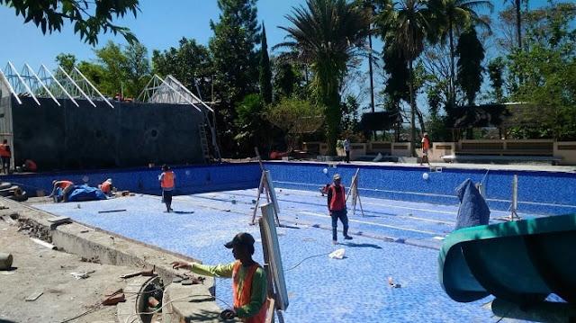 Proses pemasangan keramik proyek hotel Danau Dariza Garut