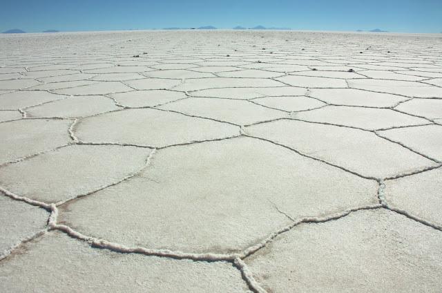 Formação hexagonal do Salar de Uyuni, na Bolívia.
