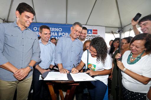 Estudante eleita governadora mirim acompanha dia de trabalho de Rui Costa