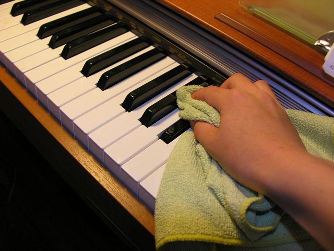 Vệ sinh bên ngoài cây đàn piano