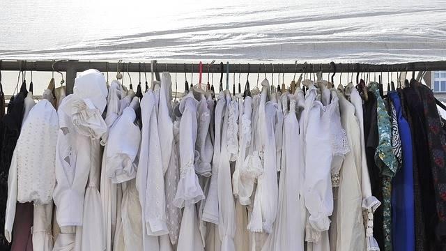Arara de roupas defronte à praia