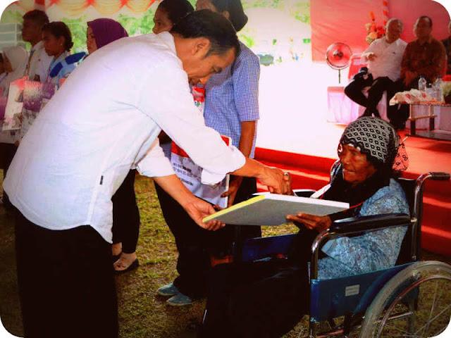 Jokowi Bagikan 1000 KSP dan 1010 KIP di Seram Bagian Barat