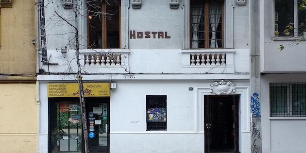 fachada de antiguo hostal