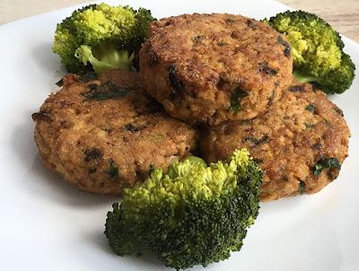 Burgery z indyka i kaszy jaglanej na obiad z dodatkiem brokuła