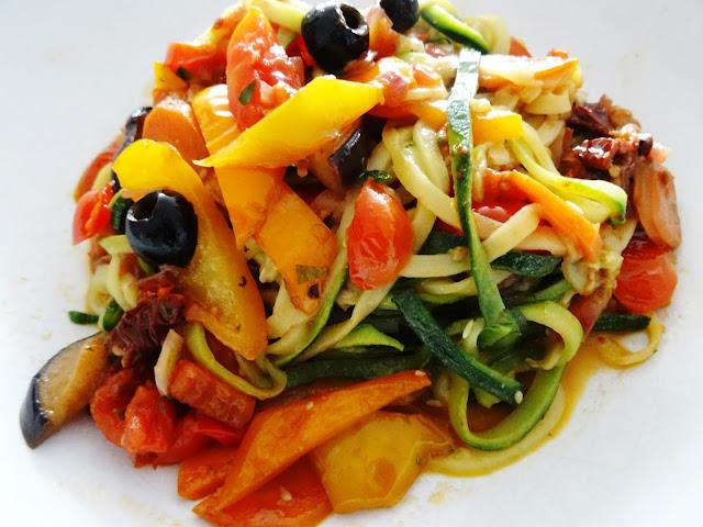 Low-Carb, vegan und echt lecker: Zucchini-Nudeln mit scharfem Gemüse