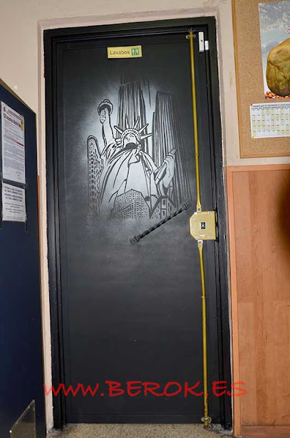 mural puerta estatua de la Libertad