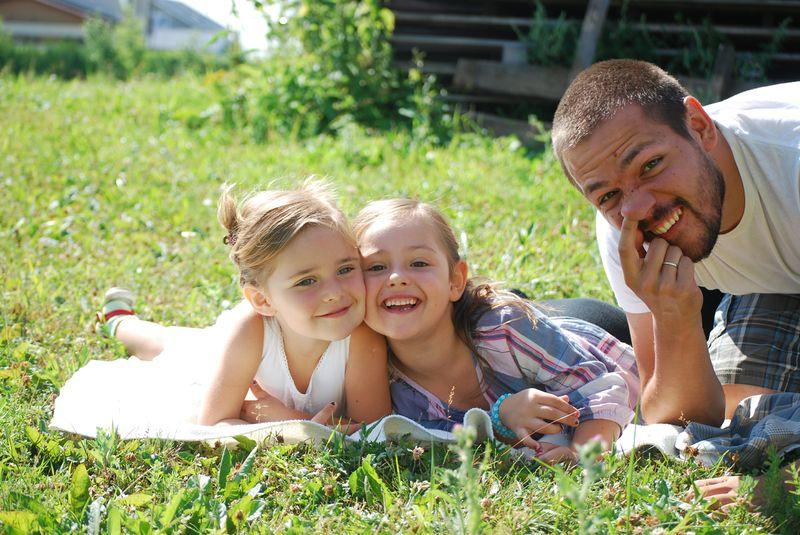 0a15e253968 Mul on ilus pere, aga miski minus tahab lihtsalt näidata ka teist poolt ja  sellest ka ninanokkimine tütarde kõrval või keskmise sõrme näitamine kui  ootan ...