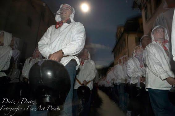 Küssnachter Klausjagen - An die 1000 Trychler folgen in einer Viererkolonne dem Samichlaus und sorgen für einen infernalen Lärm.