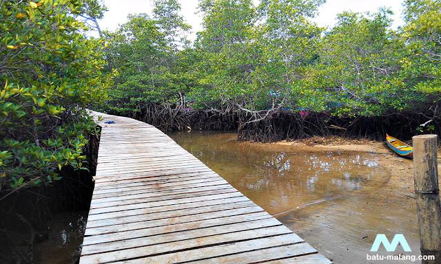akses jembatan menuju pantai tiga warna