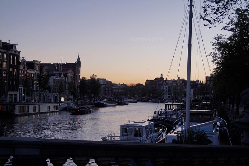 Amsterdam Sommer-Reisetipps | Grachten und Boote bei Nacht/ Sonnenuntergang | Interrail Juli 2017 | Tasteboykott
