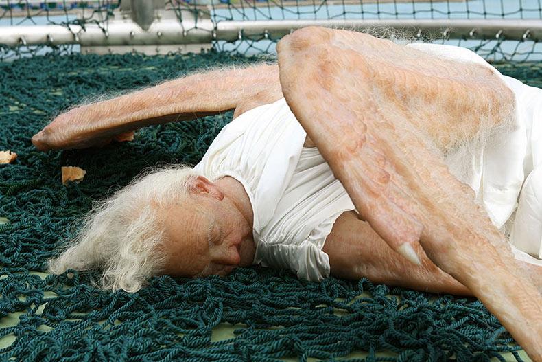Aterradora escultura hiperrealista de un Ángel Caído en Francia