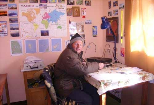 CP4BT in his shack in the Highlands of Bolivia on4.250 m above S.L., making CW by only 5 C in the room