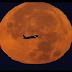 A New York, un avion passe devant la «super Lune» du 14 novembre