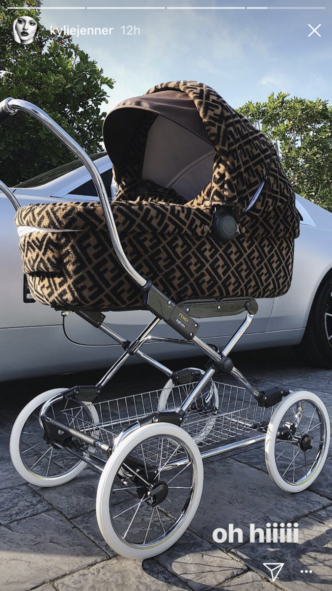 Kylie Jenner e Stormi em seu novo carrinho Fendi ...