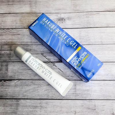 hakubi white c gel dikemas dalam kotak kardus berwarna biru metalik yang cantik dengan tulisan berbahasa jepang. tube produk berwarna putih susu dengan tutup berwarna silver.