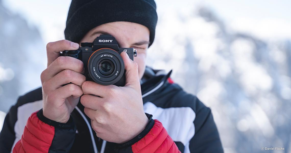 Человек с фотоаппаратом Sony