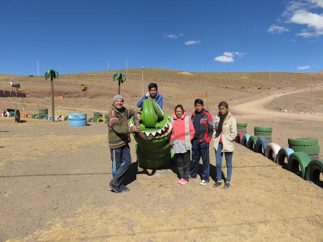 Auf dem Kinderspielplatz der Mine San Vicente auf 4 5000 m Höhe. Aus alten Reifen entstanden die schönen Dinge.