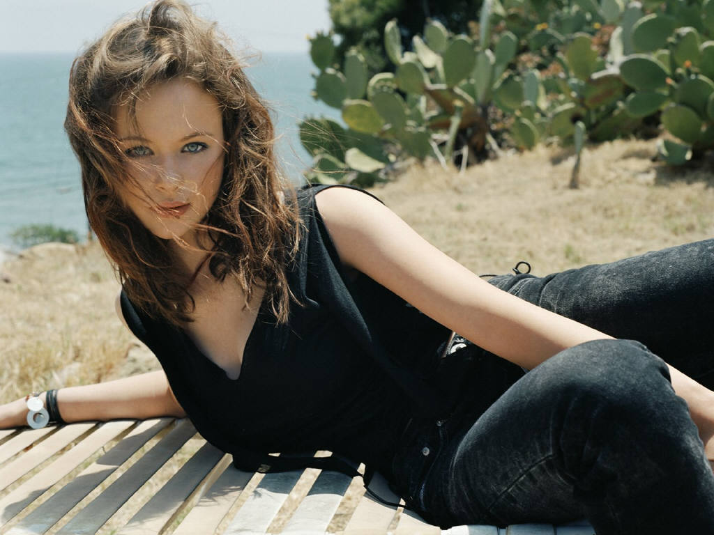 Hollywood Actress Wallpapers Thora Birch Hd Wallpapers