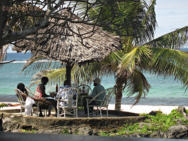 Locales disfrutando de una buena Tusker en Tiwi Beach