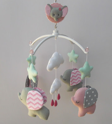 Móbile musical giratório para berço tema elefantinhos rosa e cinza