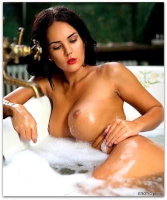 брюнетка в ванной показывает упругие сиськи