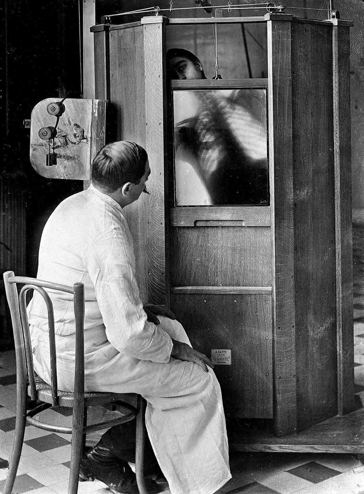 Una radiografía de tórax en curso en el departamento de radiología del Dr. Maxime Menard en el hospital Cochin en París, alrededor de 1914. Más tarde, Mendard perdería su dedo por los efectos secundarios de la operación de la máquina de rayos X.