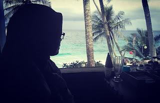Foto-siluet-wanita-memandang-pantai