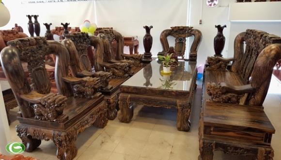 Bộ bàn ghế với kích thước rất lớn