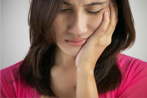 (Bọc răng sứ vẫn có thể xảy ra biến chứng nếu không được thực hiện đúng cách)
