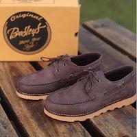 ilustrasi kerajinan kulit sepatu dari Padang