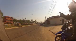 Pedro corrigindo o caminho tomado errado em Santa Cruz de La Sierra / Bolívia.