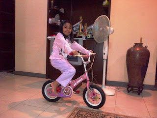 rafa bersepeda roda dua di dalam rumah nurul sufitri blogger bukalapak cara mudah tips mengajari anak sepeda lipat