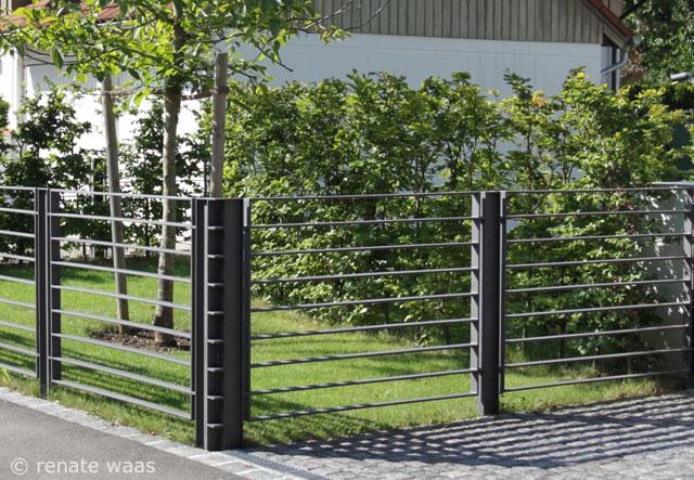 Durch die Verwendung von Lochblech, schafft Kunstschmied Lothar - gartenzaun modern metall