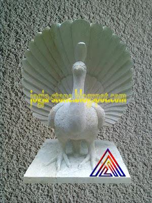 patung burung merak